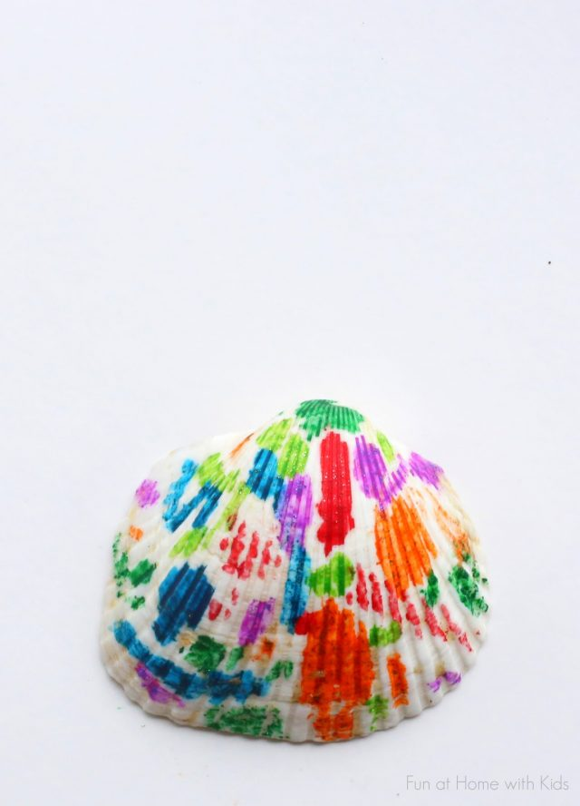 Melted Crayon Seashells Craft! I love using crayons to make art. These melted crayon craft projects are perfect for an afternoon DIY.