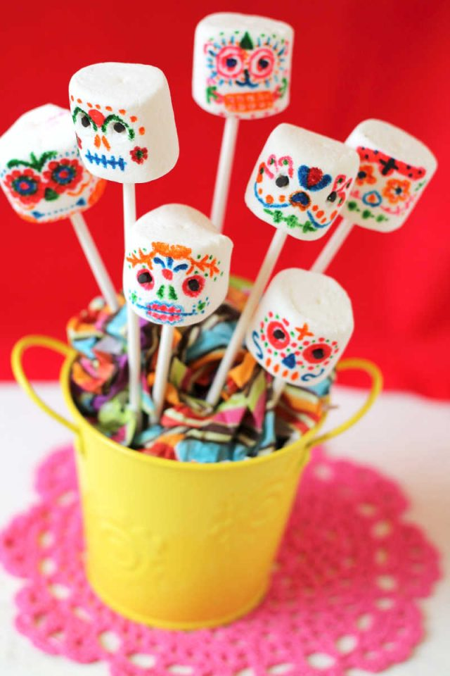 10 Dia De Los Muertos (Day of the Dead) Ideas to Bring Your Party to Life: Marshmallow Sugar Skull Pops